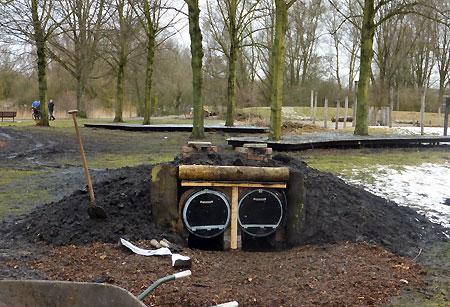 Een oven in natuurspeeltuin De Natureluur. Bouw oven, onder leiding van Aro Wiering