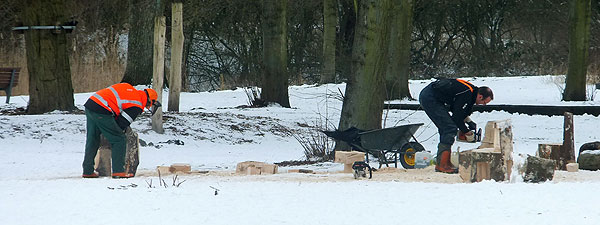 De meubelmakers. Rechts Aro Wiering, de Jan de Bouvrie van Nieuw-West