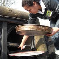 De eerste pizza's gaan de oven in - natuurspeeltuin De Natureluur