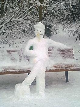 Sneeuwman zit prima op het bankje in 't park