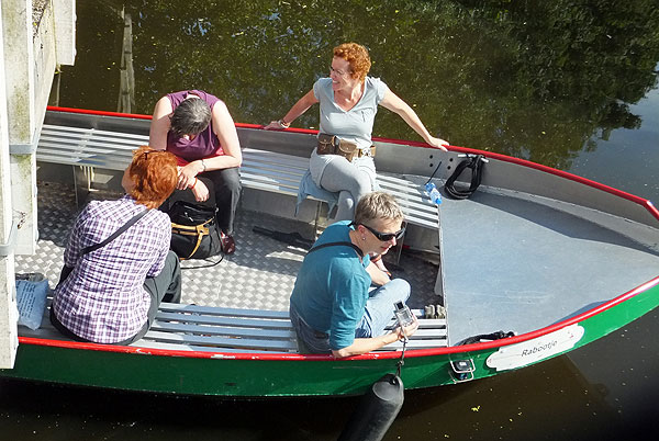 De vaargroep van het Van Eesterenmuseum onder een bruggetje door: bukken!